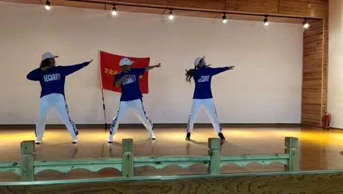 鬼步舞《谁》,超火的舞曲,配上魔性的舞步,好看极了!