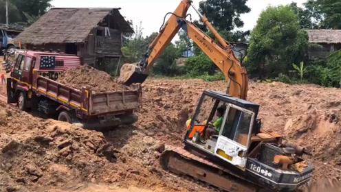 愁人,挖掘机师傅很无语,辛苦装满一车土,结果又要挖出来