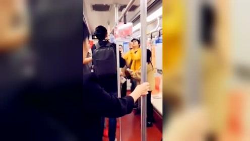 男子行为怪异挑衅乘客拨拉女子长发 遭女子男友飞踹暴揍