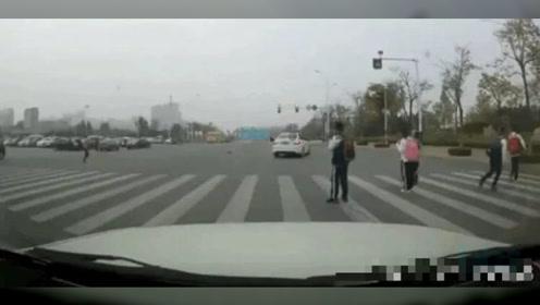 男子驾车闯红灯撞飞斑马线小女孩,网友怒了