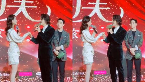 戚薇李承铉对唱《月亮代表我的心》,刘宪华实力演绎单身汪吃狗粮的样子