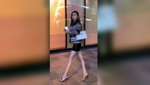 夜晚街头遇到忙着去加班的姑娘,身材气质这么棒,一看就是公司里的高级职员