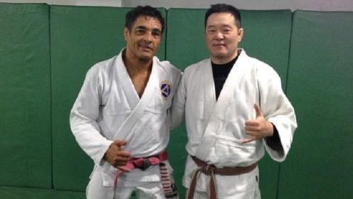 中国MMA第一人亲自传授被击倒后如何防御对手进攻