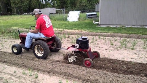 65岁老大爷发明小型旋耕机,一天能犁10亩地,1800元造一台