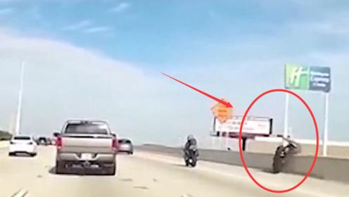 两辆摩托车在大桥上飙车,不料车辆失控,司机直接被甩到桥下