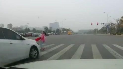 9岁女孩跑着过马路 被闯红灯轿车撞飞