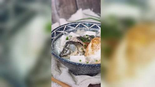 天凉多喝鲫鱼汤,汤白鲜美又营养,只需几个简单食材,肉嫩汤味美
