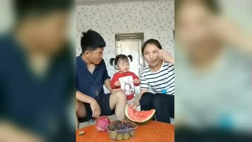 妈妈不让宝贝吃西瓜!宝贝的反应太可爱了