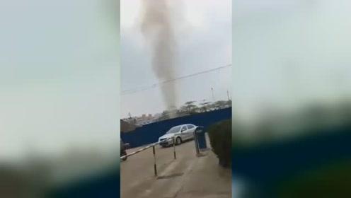 广西玉林一燃气管道被挖穿喷出10米高气柱 周边群众紧急疏散
