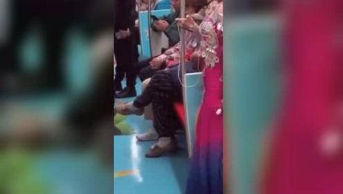 这是身体产生的舞瘾,不自觉的在地铁上跳了孔雀舞!