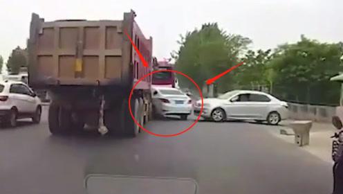 无知女司机抢行半挂车,被横推20米,要不是监控,谁能想象的到?