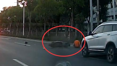 男子骑电动车横穿马路,下一秒被无情撞飞,没有行车记录仪谁敢相信!