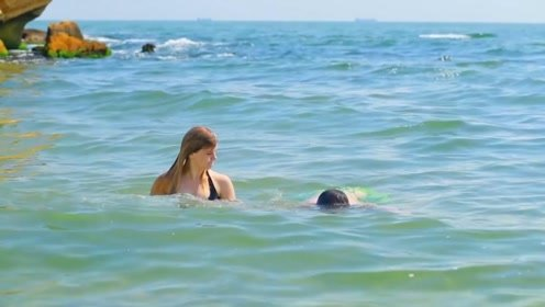 男子竟忽悠小姐姐潜水?看小姐姐如何报复,只想问问脚还好吗
