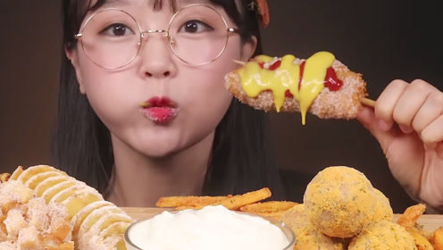 小姐姐开吃各种油炸食品,咔滋咔滋的咀嚼声,瞬间听饿了!