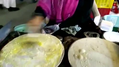 大妈学到烙煎饼的精髓,加上一个鸡蛋,吃起来贼香
