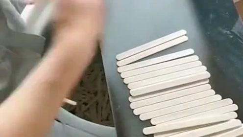 冰糕棒制作过程,师傅挑拣残次品,这手速让人大开眼界!