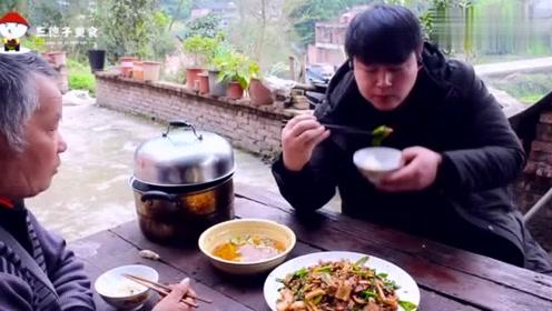 德哥在家做了两斤肉的豆干回锅肉,配上两碗米饭,全部吃光光
