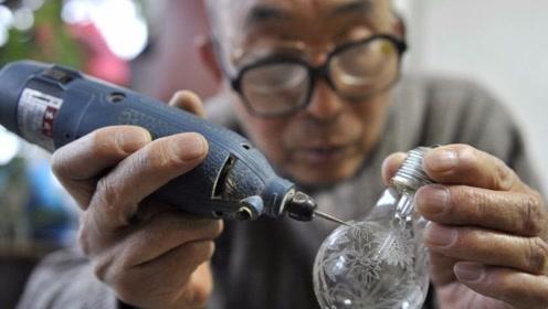 艺高人胆大,66岁老人用电钻在灯泡上作画,觉得用纸画没难度