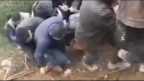 1人受伤50人来帮忙,暖心一幕被镜头全程拍下,网友大赞!
