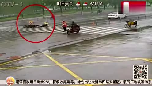 轿车人行横道不减速,雨天道路湿滑躲闪不急,外卖小哥被撞飞