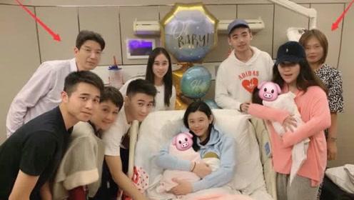 奚梦瑶父母和赌王一家合影,拘谨挤在角落,网友:看着令人心疼