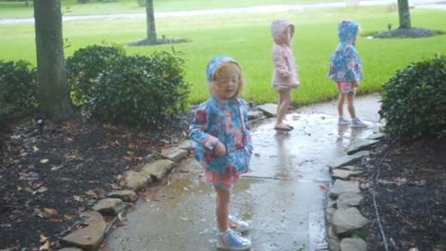 下雨了,五胞胎穿着雨衣走出外面,就像走入童话世界一样