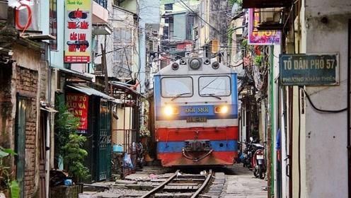 世界上最危险的铁路,火车在居民楼里穿道而过,看的人心惊胆战