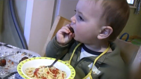 一岁多的小胖娃吃饭,一口一个大肉丸子,分分钟干掉一大盘,厉害