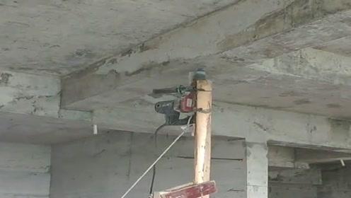 看这人多聪明,房顶打眼够不到,就发明了这个神器!