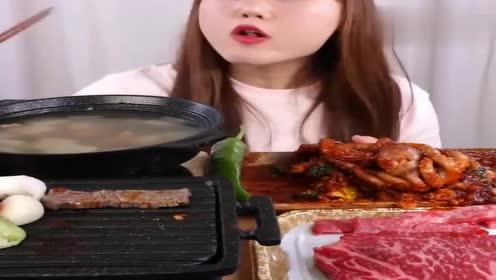 韩国小姐姐对章鱼头情有独钟,吃起来真香,看着就非常有食欲!