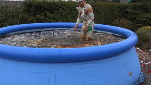 老外在身上粘满曼妥思,跳进可乐泳池那瞬间,会发生什么?