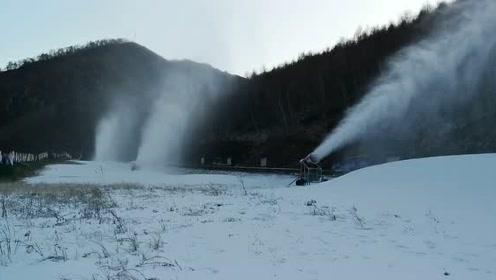 万龙滑雪场造雪 铺雪道