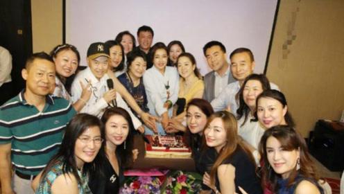 67岁刘晓庆晒庆生照,捧鲜花拿红酒打扮依旧时尚年轻