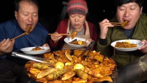 饺子和方便面的结合,成品意外得令人眼馋,看得我都饿了