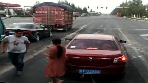 女司机红绿灯起不了步,等了这么长时间,后车大哥终于看不下去了