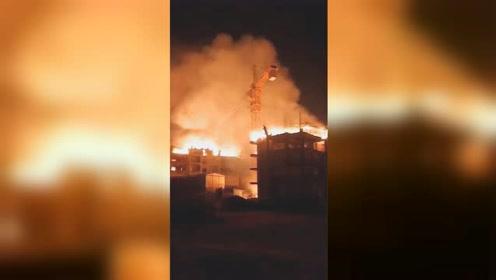 防城港一栋烂尾楼突燃大火 目击者:不少农民工住里面