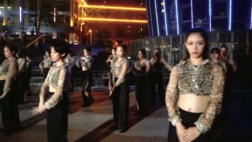 广场上的热舞世界 网友:现在的女生都太会玩了!