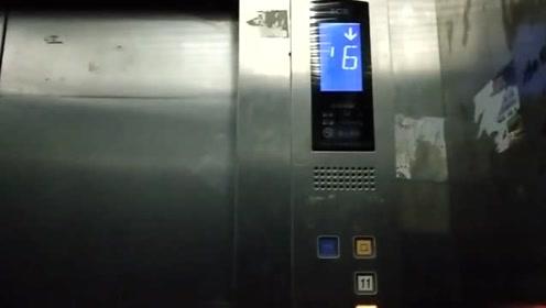 实拍:今日一名男子玩坏电梯,被警方抓捕!