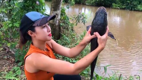 农村妹子水坑钓鱼,今天用蜂蛹垂钓,没想到钓上大黑鱼