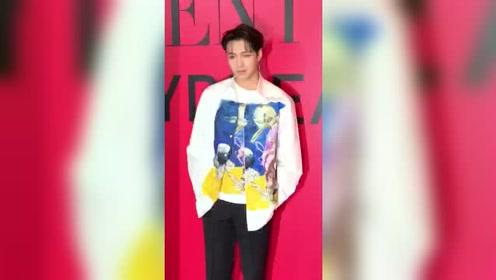 张艺兴身着设计感衬衫亮相时尚活动 今天的搭配太适合他啦