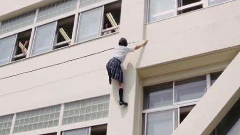 日本女孩上学快迟到了!直接跑酷上楼,网友:这操作我服