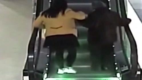 你有没有为谁拼过命!老人电梯遇险,美女保安用身体用身体为她创造生还机会