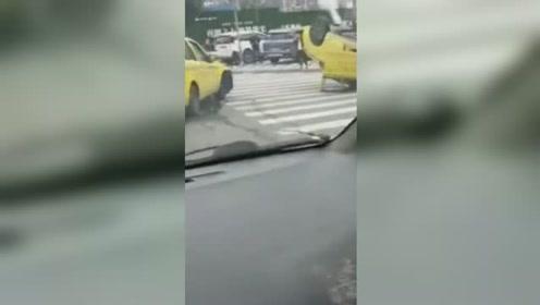重庆两出租车相撞 其中一辆被撞得四轮朝天