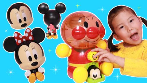 苏菲娅从面包超人扭蛋机里转出迪士尼玩偶米奇和米妮!
