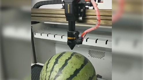 非要把西瓜,弄成我吃不起的样子!网友:西瓜界的奇迹啊!