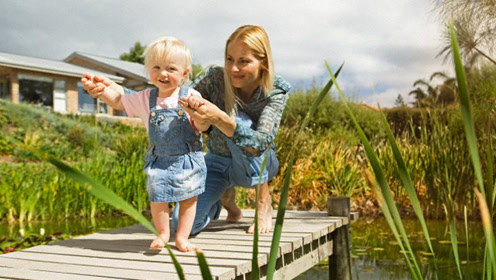 孩子越早会走路越聪明?潜藏危机等在前方
