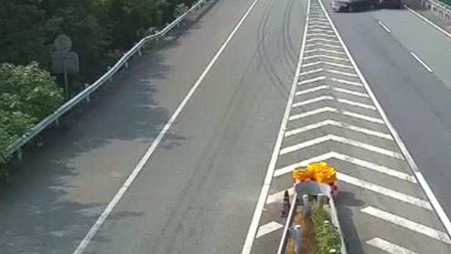 高速路坑人害己作死变道停车,惨把大货车司机给害惨了!