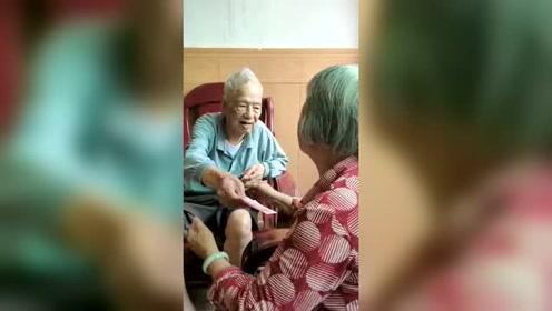 70多的女儿看望101岁的父亲,还要拿钱说这是我给你的