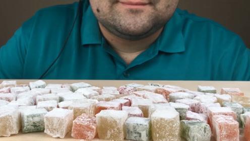 胖胖的胡子小哥吃糖,听说是有名的土耳其软糖,一口一个太过瘾
