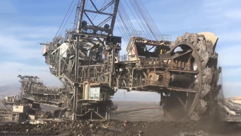 全球最大的挖掘机,高度达到30层楼,场面堪比科幻电影